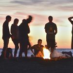 Skecze ogniskowe - 7 pomysłów na urozmaicenie wspólnej zabawy
